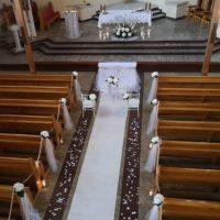 dekoracja koscioła na slub banino biały dywan