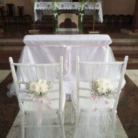 białe krzesła chiawari na slub trojmisto banino szemud